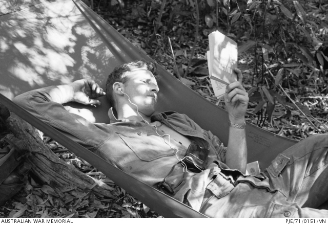 11. března 1971 - Provincie Phuoc Tuy, Jižní Vietnam. Desátník Stewart Purdie z Mackay, Qld z 2RAR / NZ (ANZAC), si užívá pauzu od běžných povinností. Australian War Memorial Archive